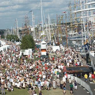 Tall Ships Races -tapahtuman Yleisöä Aurajokirannassa.