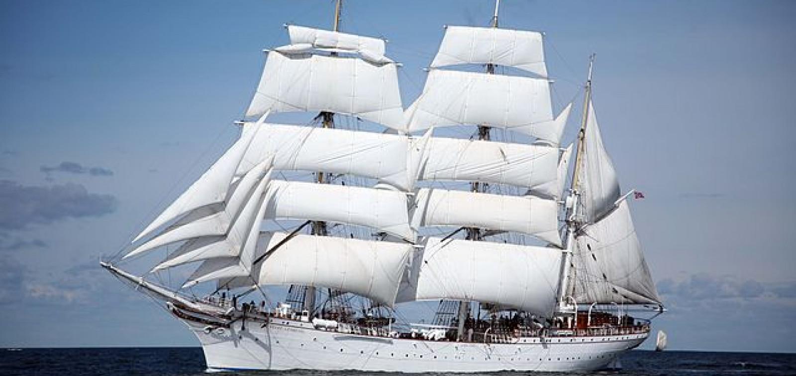 Statsraad Lehmkuhl täysissä purjeissa