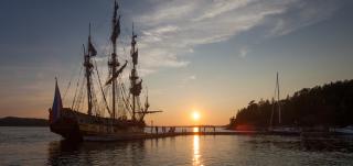 Laiva merellä auringonlaskussa